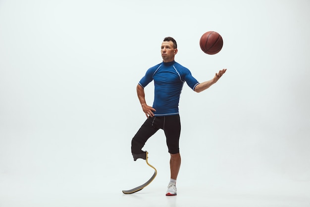 Atleta com deficiência ou amputado em fundo branco de estúdio, basquete