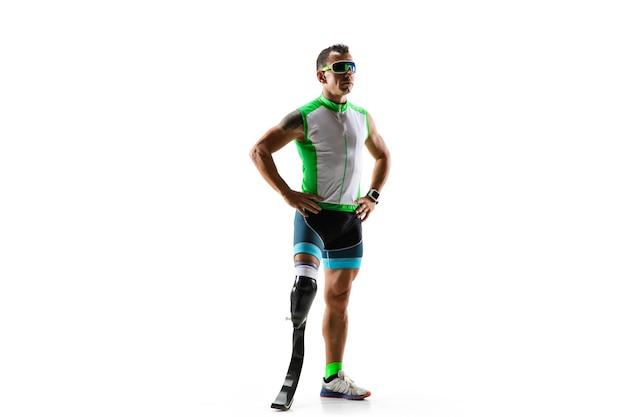 Atleta com deficiência ou amputado isolado no fundo branco do estúdio. corredor profissional masculino com prótese de perna treinando e praticando em estúdio. esporte para deficientes físicos e conceito de estilo de vida saudável.