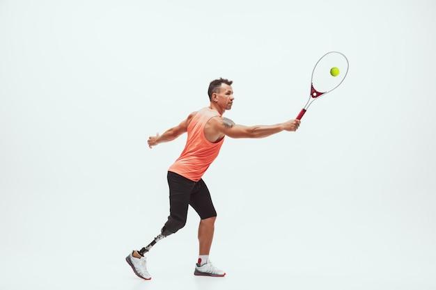 Atleta com inabilidades ou amputado isolado no branco. tenista profissional com treinamento de prótese de perna