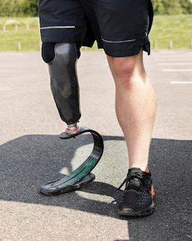 Atleta com prótese de perna de perto
