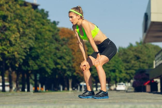 Atleta corredora treinando ao ar livre em dia ensolarado de verão