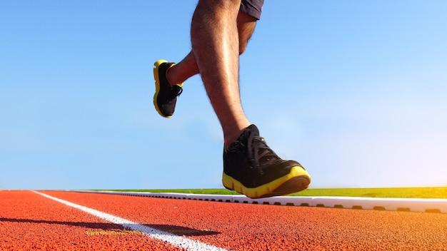 Atleta correndo na pista de atletismo