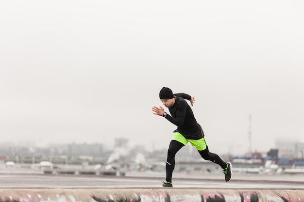 Atleta, correndo, telhado