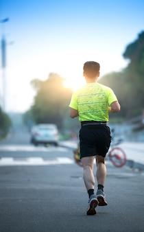Atleta de corredor correndo na estrada. mulher aptidão sunrise movimentando-se treino bem-estar conceito.