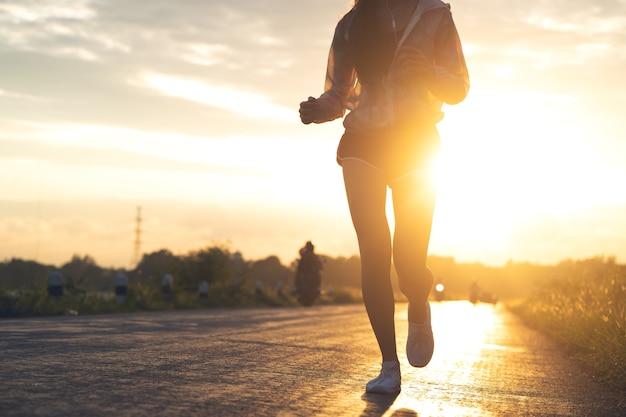 Atleta de corredor correndo na estrada