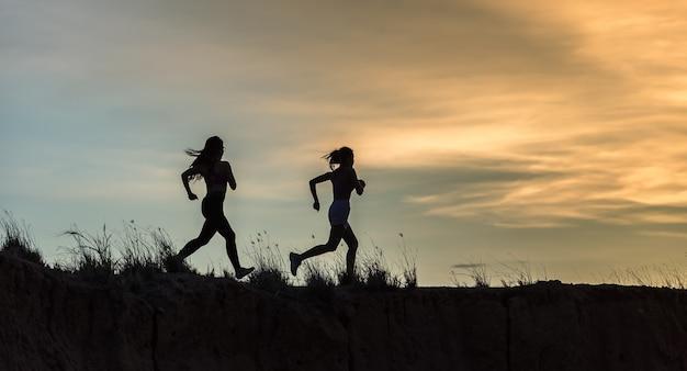 Atleta de corredor correndo na trilha. mulher fitness jogging conceito de bem-estar de treino.