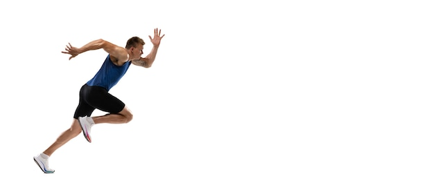 Atleta de corredor masculino profissional caucasiano treinando isolado na parede branca copyspace para anúncio