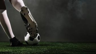 Atleta de culturas chutando a bola de futebol