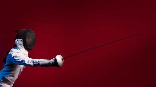 Atleta de esgrima com espada Foto gratuita