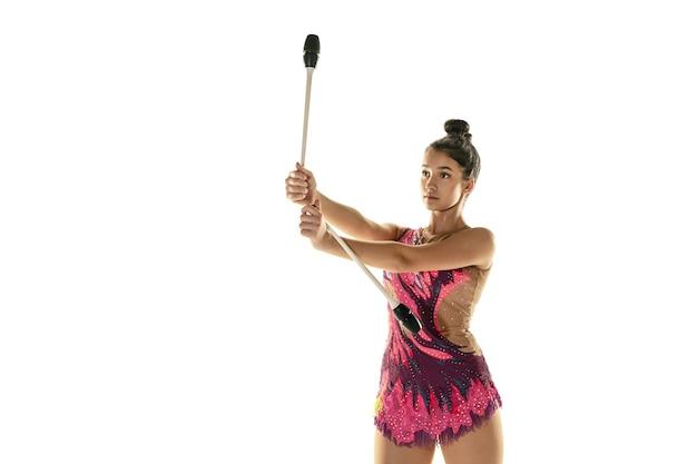 Atleta de ginástica rítmica praticando com equipamentos Foto gratuita