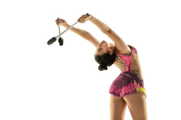 Atleta de ginástica rítmica praticando com equipamentos