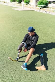 Atleta de homem com deficiência pronto para treinar com prótese de perna. conceito de esporte paralímpico.