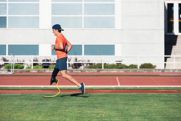 Atleta de homem com deficiência treinando com prótese de perna. conceito de esporte paralímpico.