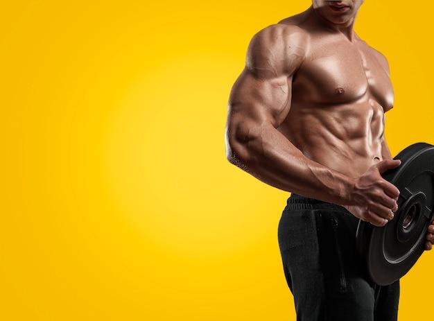 Atleta de homem desportivo de fitness muscular com peso