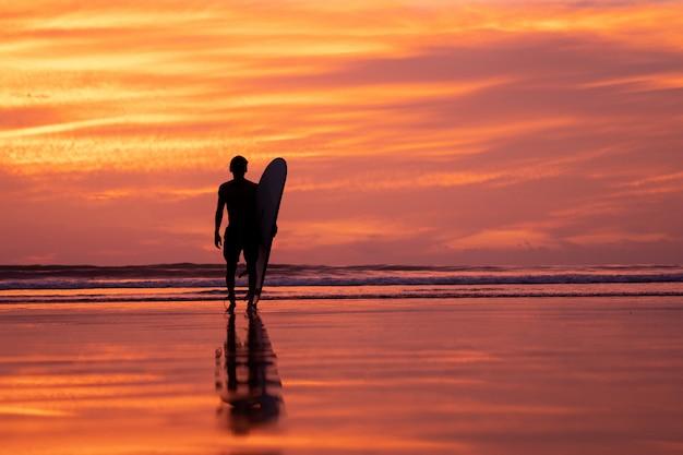 Atleta de surf silhueta durante o tempo do sol em phuket tailândia