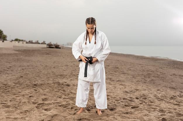 Atleta de tiro completo em traje de artes marciais