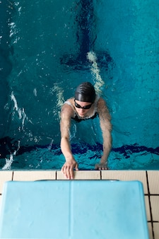 Atleta de tiro completo nadando com equipamento