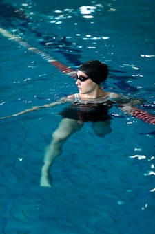 Atleta de tiro completo nadando com óculos de proteção