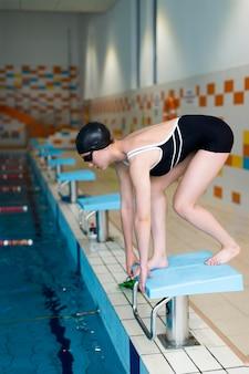 Atleta de tiro completo pronto para pular