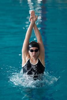 Atleta de tiro médio nadando