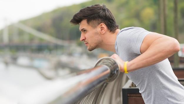 Atleta de vista lateral se preparando para correr