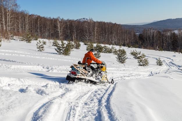 Atleta em um snowmobile.