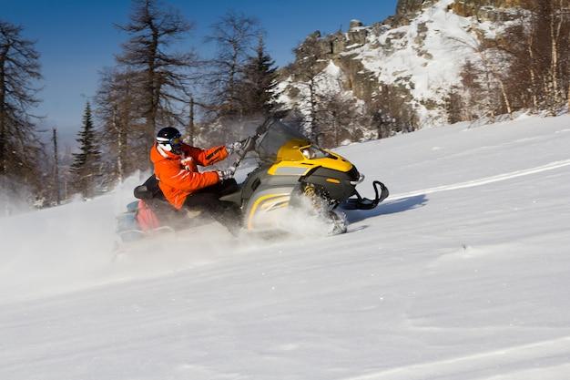 Atleta em um snowmobile