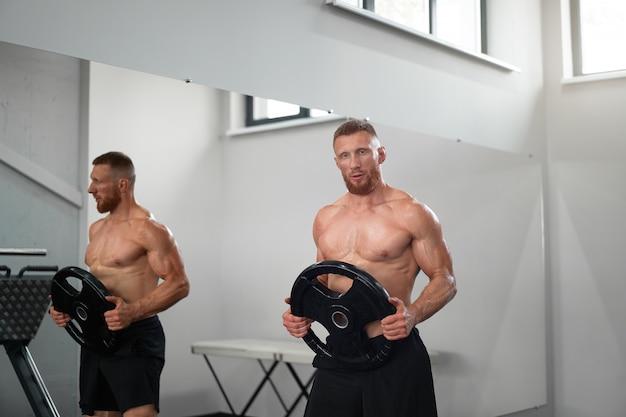 Atleta esportivo homem ginásio
