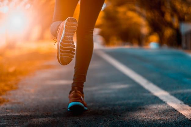 Atleta executando os pés do esporte na aptidão de estilo de vida saudável de trilha