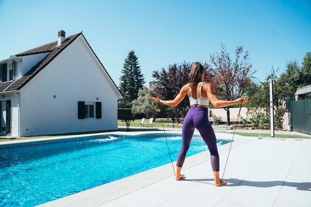 Atleta feminina com faixas de alongamento.