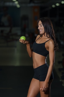 Atleta feminina conceito de nutrição adequada com maçã