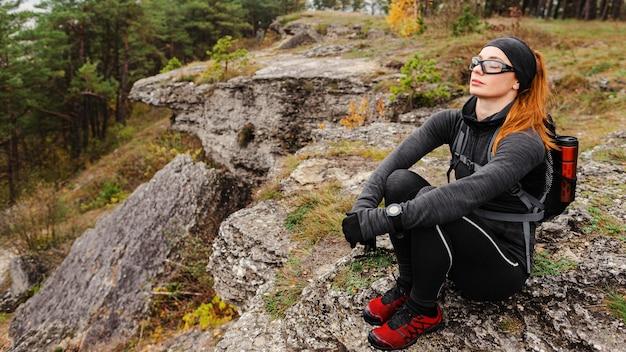 Atleta feminina de alta vista fazendo uma pausa