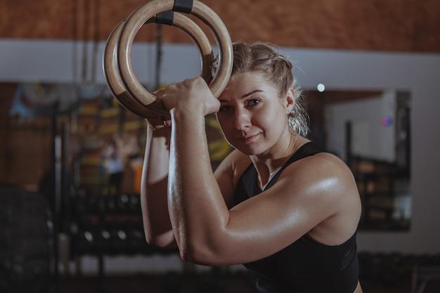 Atleta feminina de crossfit malhando