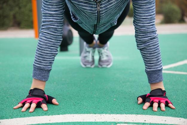 Atleta feminina fazendo flexões