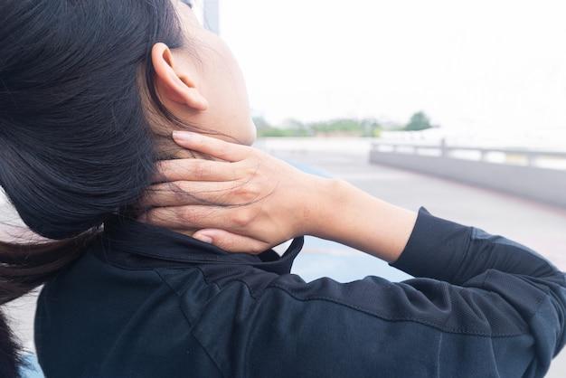 Atleta feminina lesão por dor no pescoço durante o treinamento com apoio para as mãos no pescoço