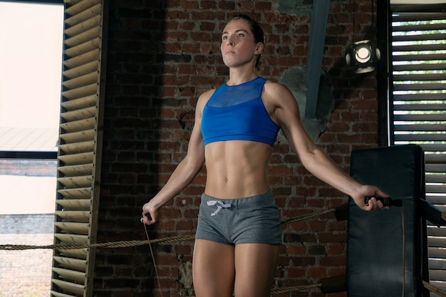 Atleta feminina treinando para pular corda