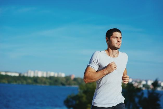 Atleta forte atraente correndo