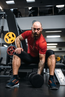 Atleta forte com halteres em ação