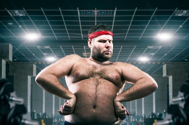 Atleta gordo em treino no clube de fitness, gordura.