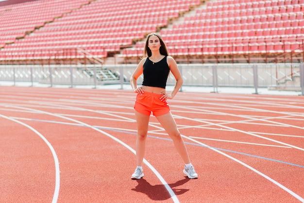 Atleta jovem e bonita em roupas esportivas está treinando e correndo