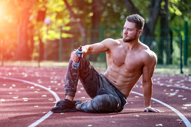 Atleta jovem e bonita malhando em uma pista de corrida