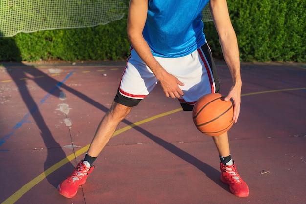 Atleta jovem, ligado, quadra basquetebol, driblar
