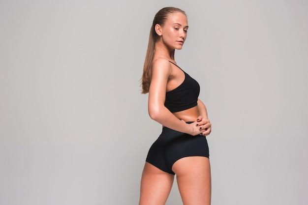 Atleta jovem muscular em cinza