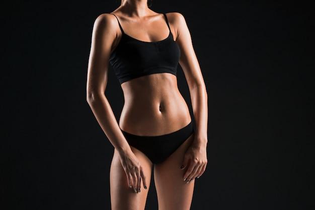 Atleta jovem muscular no preto