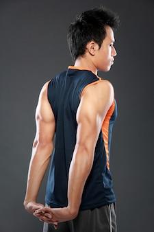 Atleta masculino alongamento