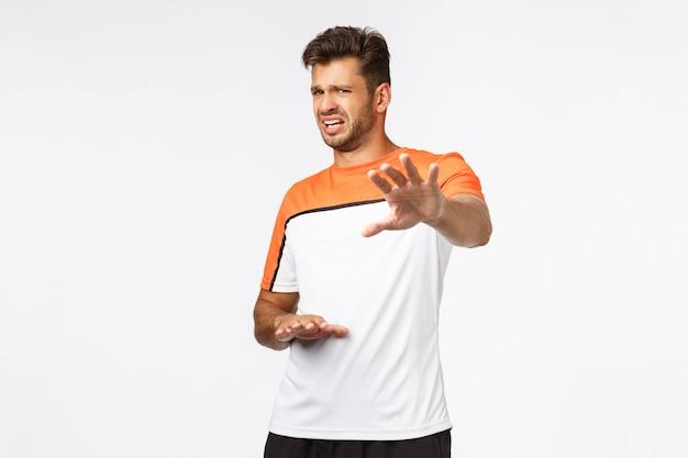 Atleta masculino bonito em t-shirt de esportes