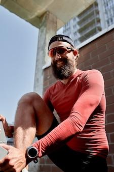 Atleta masculino concentrado subindo escadas para tornar o treinamento mais intensivo