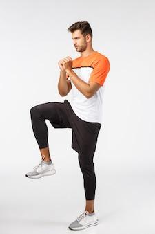 Atleta masculino jovem barbudo bonito em shorts