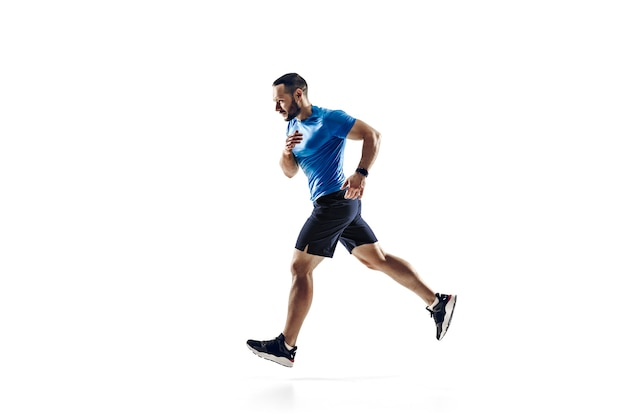 Atleta masculino profissional caucasiano, treinamento de corredor isolado no fundo branco.