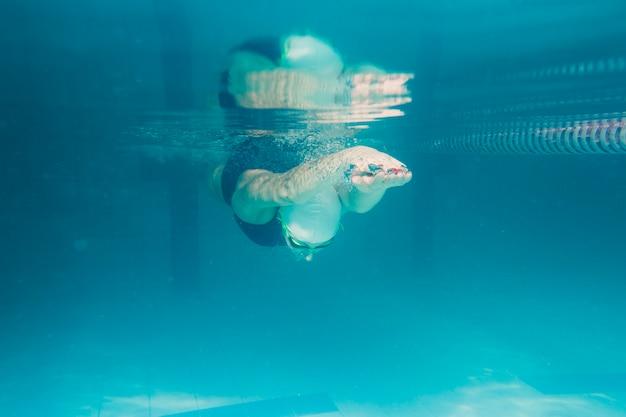 Atleta mergulhando debaixo d'água